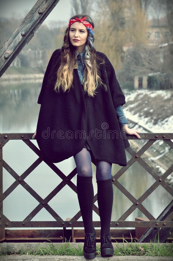 Signora sul ponte della città fotografie stock