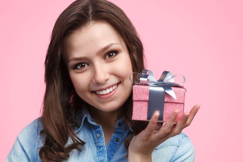 Signora sveglia con il contenitore di regalo immagine stock libera da diritti