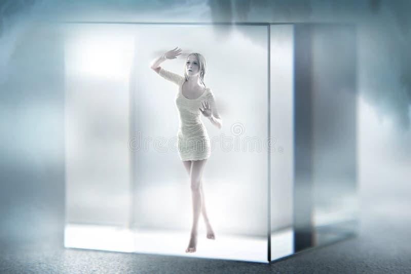 Signora sveglia imprigionata in un cubo di vetro immagini stock