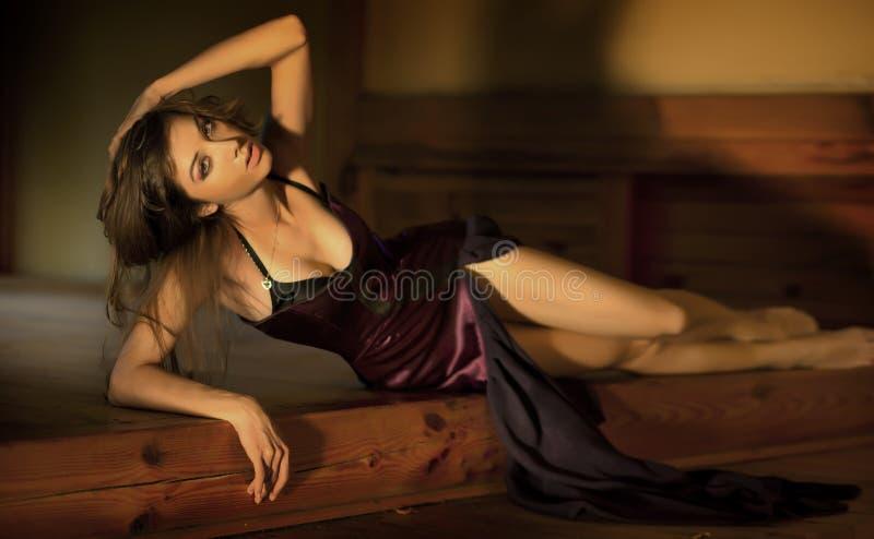 Signora sveglia in un vestito splendido fotografia stock libera da diritti