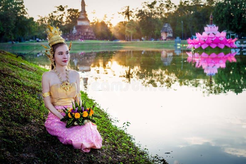 Signora tailandese con il canestro di galleggiamento per il festival di Loi Krathong, Sukhothai fotografia stock libera da diritti