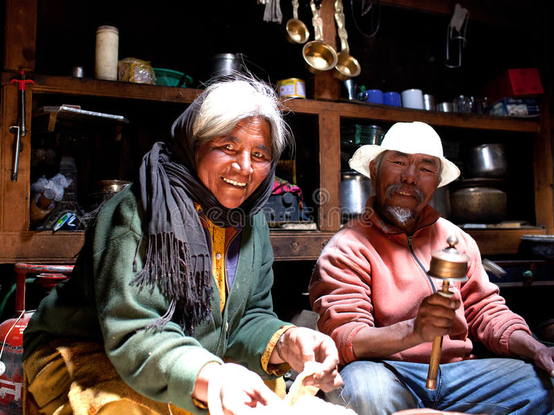 Signora tibetana Jiunzhaigou di cottura tradizionale Cina immagini stock libere da diritti