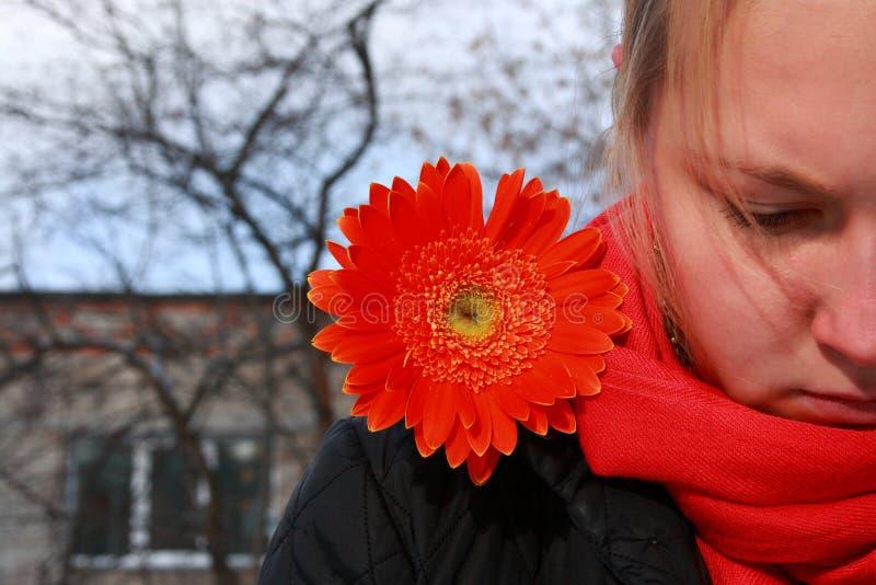 Signora triste con il fiore fotografia stock libera da diritti