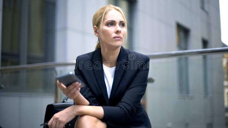 Signora triste di affari ha ottenuto il messaggio circa il contratto guastato, la giornataccia, guasto di carriera fotografia stock libera da diritti