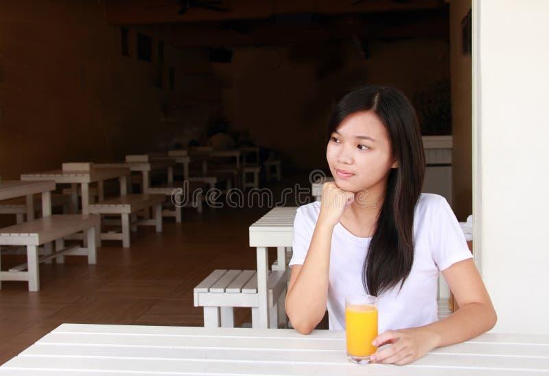 Signora in un ristorante fotografia stock