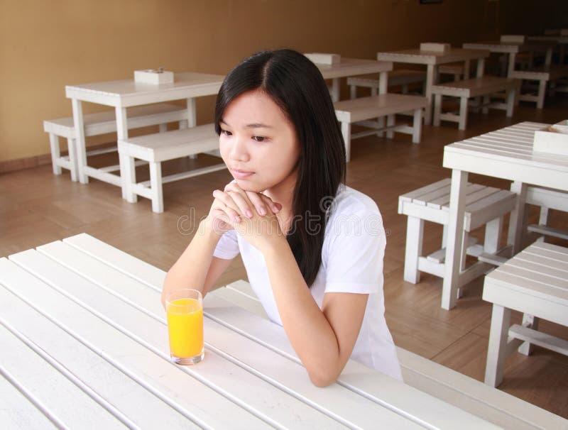 Signora in un ristorante fotografie stock libere da diritti