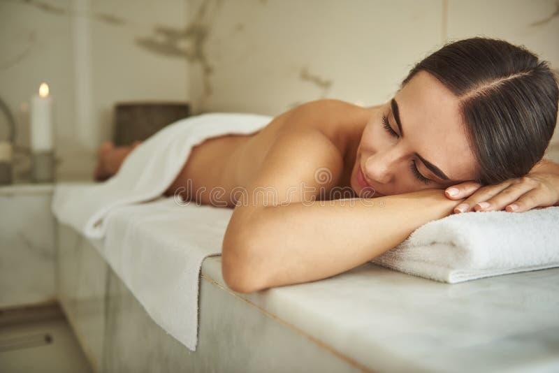Signora vaga che chiude i suoi occhi mentre rilassandosi nel bagno turco fotografie stock