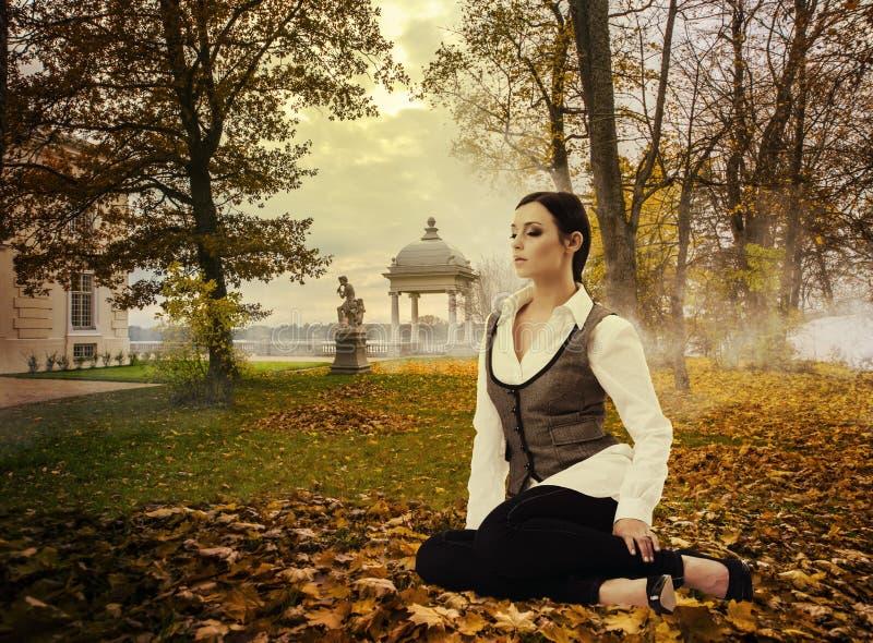 Signora vaga nel parco di autunno immagini stock libere da diritti