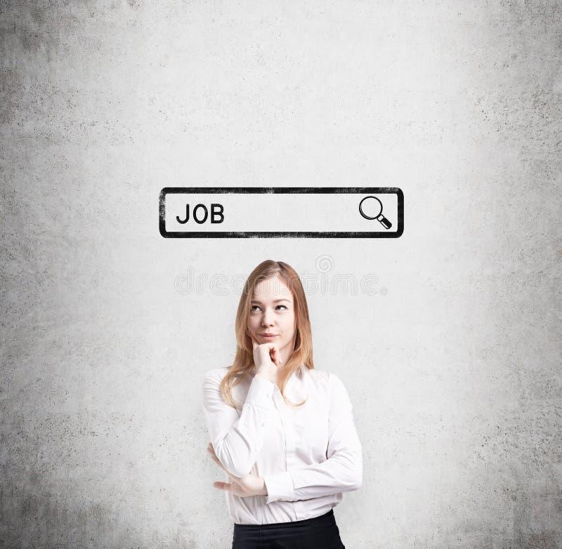 Signora in vestiti convenzionali sta pensando al migliore modo trovare un lavoro Il concetto del ricerca del lavoro nell'interno fotografie stock libere da diritti