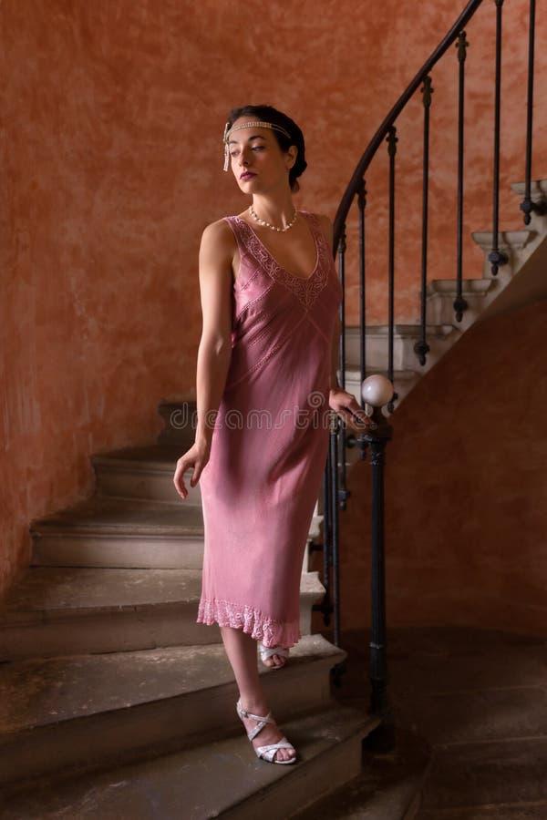 Signora in vestito dalla falda sulla scala immagine stock
