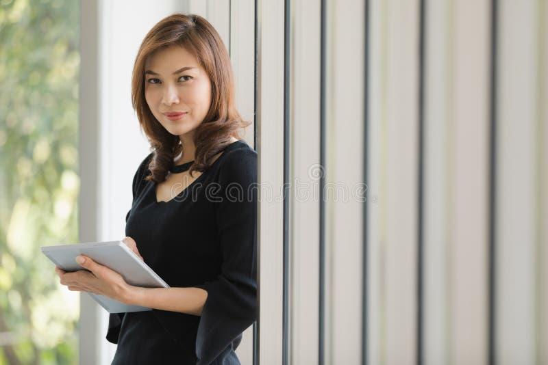 Signora in vestito nero immagine stock