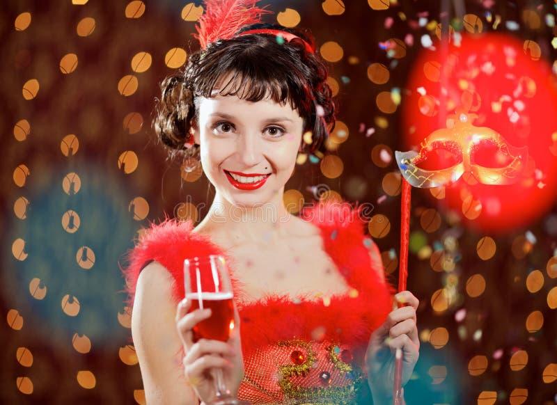 Signora in vestito rosso al carnevale fotografia stock libera da diritti