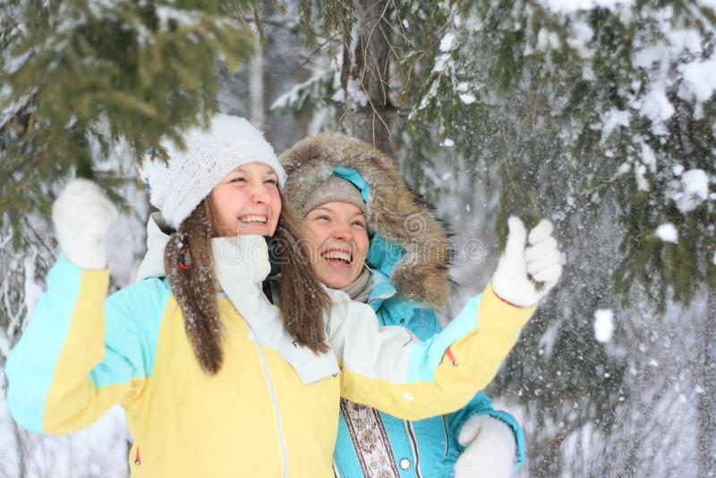Signore graziose che giocano con la neve fotografie stock