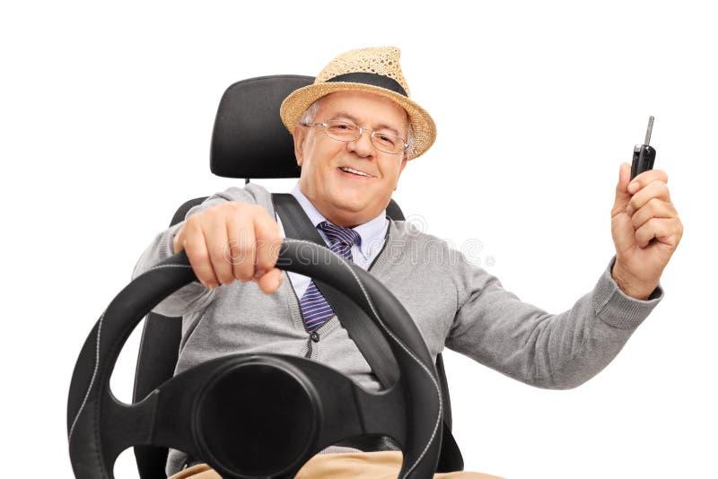 Signore senior allegro che tiene una chiave dell'automobile fotografia stock