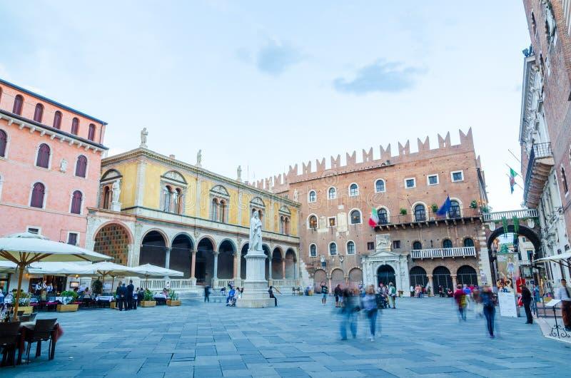 Signori de dei de Piazza avec la statue de Dante Alighieri à Vérone photographie stock libre de droits