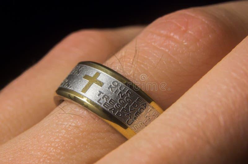 Signori Prayer Ring sul dito immagine stock libera da diritti