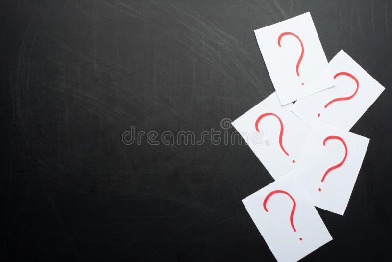 signos de interrogación en fondo negro foto de archivo