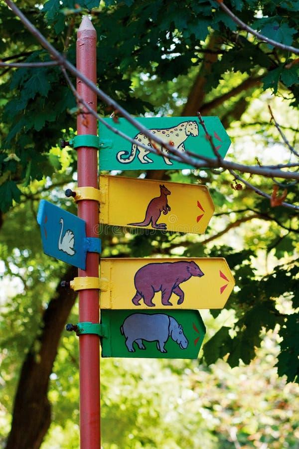 Signpost no jardim zoológico fotografia de stock