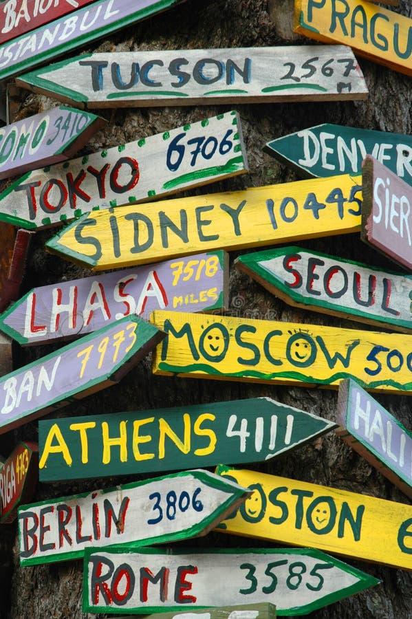 signposts till världen royaltyfri bild