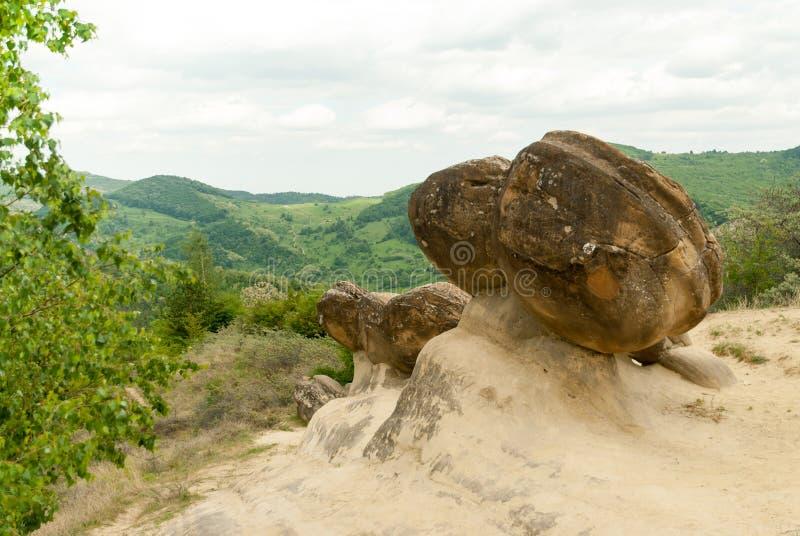 Sigue habiendo la formación geológica de Babele de la ulmet de rocas de la forma redonda conocidas como trovanti de cama de mar p imagenes de archivo