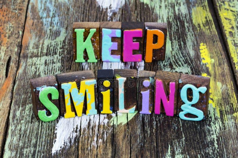 Sigue sonriendo, sé feliz estilo de vida positivo, disfruta del conocimiento, la felicidad y la vida fotografía de archivo