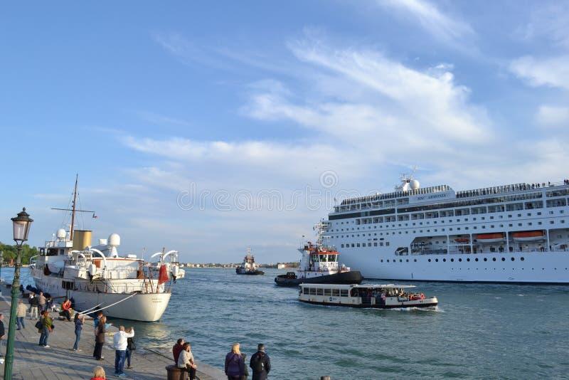 Siguiente de un barco de cruceros a través del lagune de Venecia en un día de primavera soleado fotografía de archivo