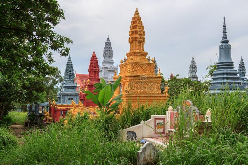 SIHANOUKVILLE CAMBODJA, JUNI 26, 2015: Wat Krom Pagodas gammal härlig trädgård i kyrkogård på Juni 26, 2015