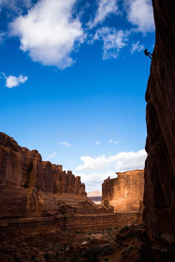 Sihlouette des Mannes weg rappelling von der hohen Klippe in der Sandsteinwüste von Süd-Utah stockfotografie
