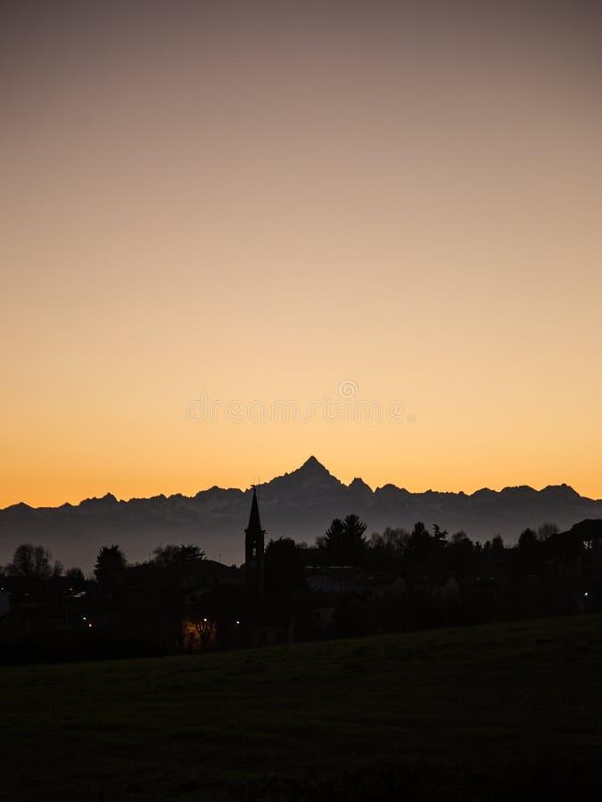 Sihouette d'une montagne au coucher du soleil images libres de droits
