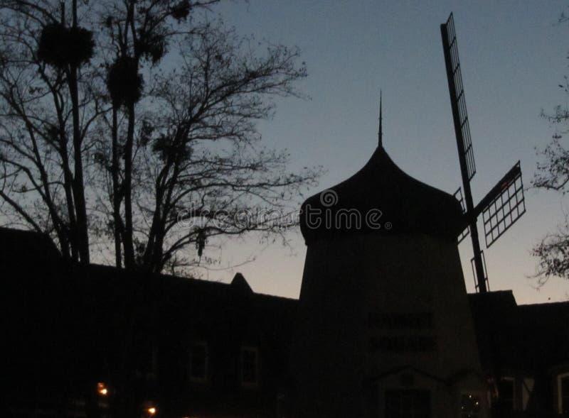 Sihouette de moulin à vent photos libres de droits