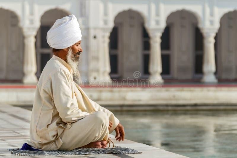 Sikh in una preghiera di obliterazione fotografie stock
