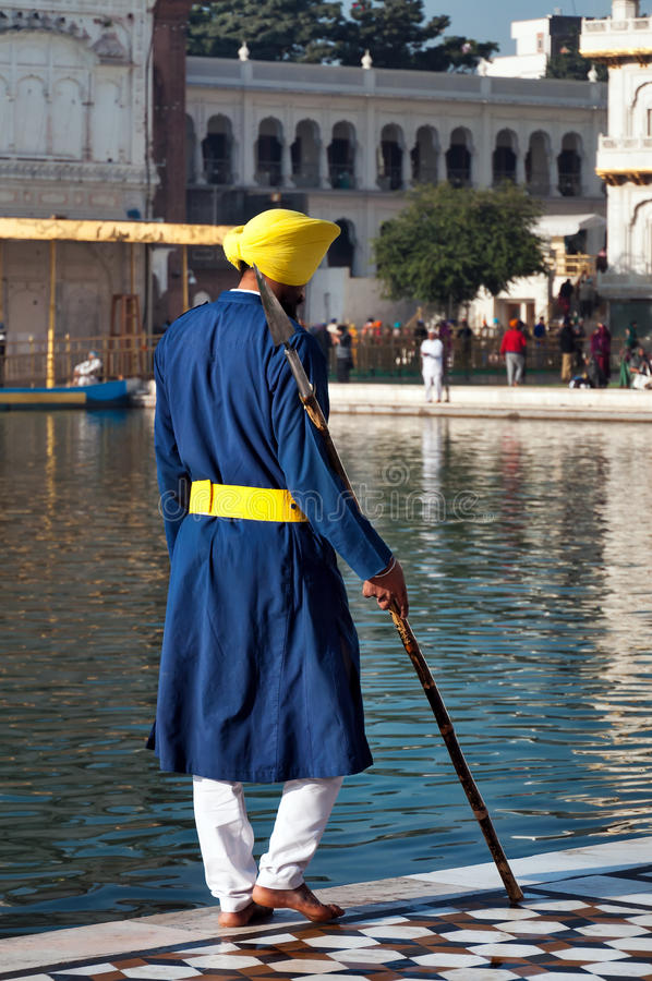Sikh- vakt på den guld- templet amputees india arkivfoton
