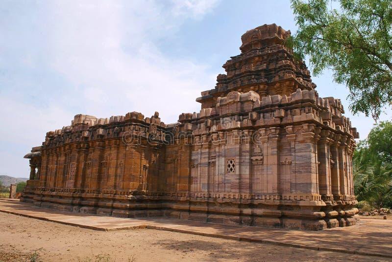 Sikhara de style de vimana de Dravidian et une vue du Devakoshthas sur le mur du sud Temple Jain, Jinalaya, connu sous le nom de  image stock