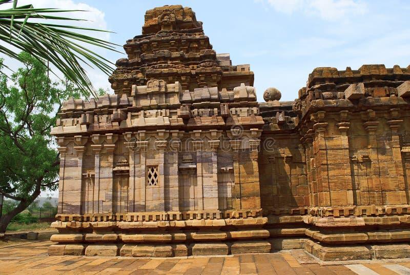 Sikhara de style de vimana de Dravidian et une vue du Devakoshthas sur le mur du sud Temple Jain, Jinalaya, connu sous le nom de  photos stock
