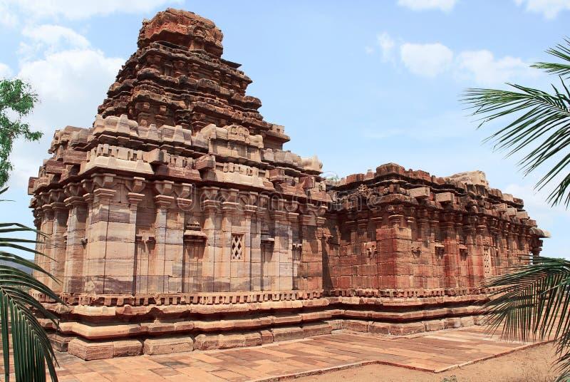 Sikhara de style de vimana de Dravidian et une vue du Devakoshthas sur le mur du sud Temple Jain, Jinalaya, connu sous le nom de  photographie stock