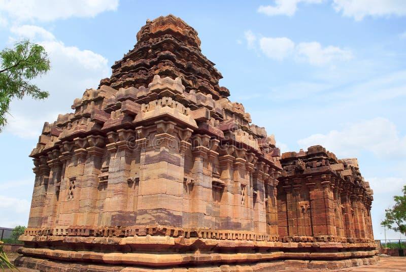 Sikhara de style de vimana de Dravidian et une vue du Devakoshthas sur le mur du sud Temple Jain, Jinalaya, connu sous le nom de  images stock