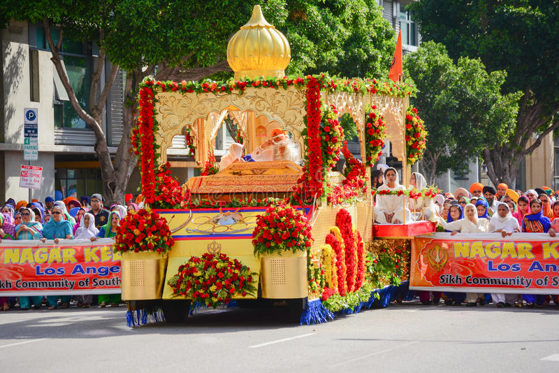 Sikhs do devoto que marcham atrás de um flutuador fotografia de stock
