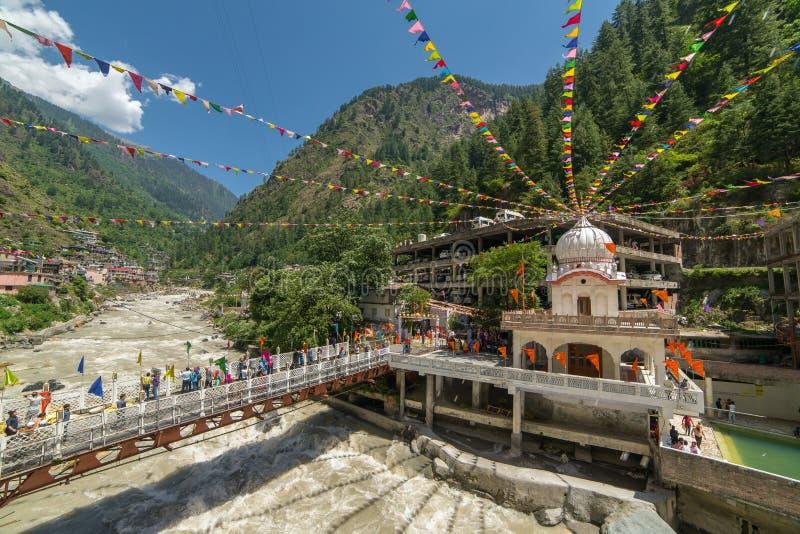 Sikhs Gurdwara Sahib, bro över den Parvati floden och Hot Springs i Manikaran, Himachal Pradesh, nordliga Indien royaltyfri bild