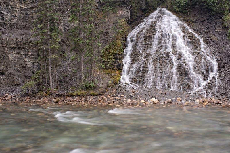 Siklawa bębnuje w rzekę wzdłuż Maligne jaru, jaspis, park narodowy, Kanada zdjęcie royalty free