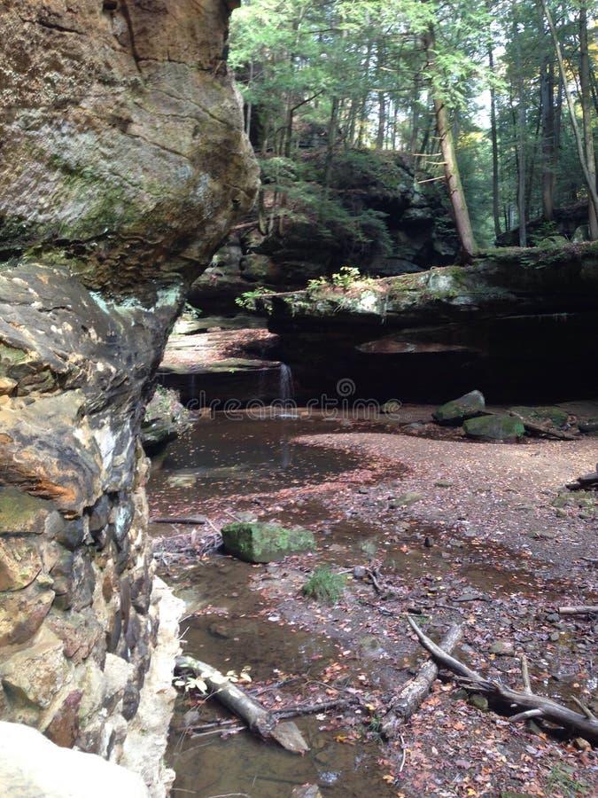 Siklawa otaczająca rockowymi formacjami obrazy stock