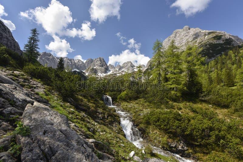 Siklawa przy jeziornym Seebensee na ścieżce od Ehrwald wioski Coburger buda z pasmem górskim w tle, Tyrol, Austri obrazy stock