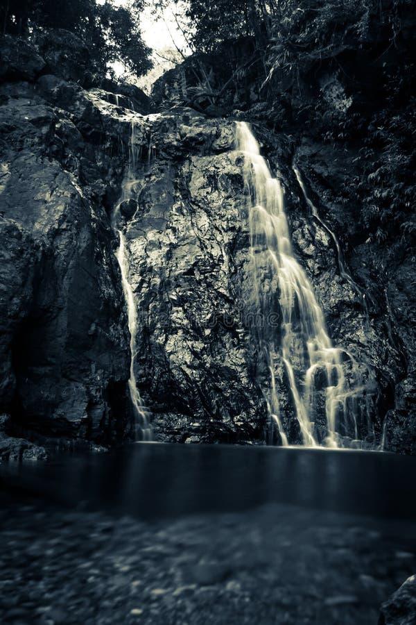 Siklawa przy rzeką w ciemnych kolorach obraz stock