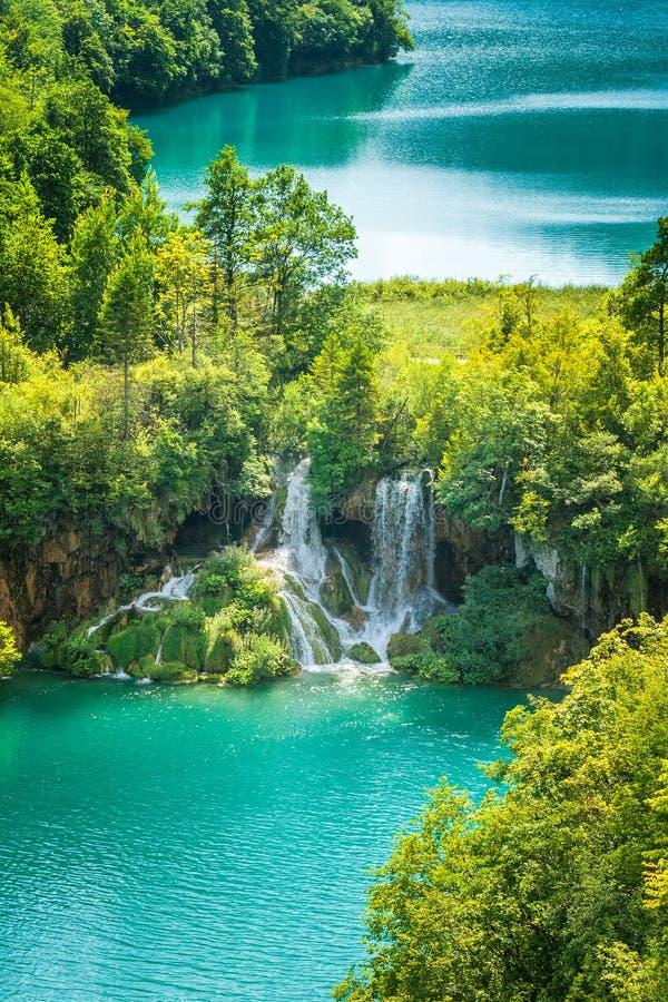 Siklawa przy turkusowym jeziorem Plitvice jezior park narodowy obraz royalty free