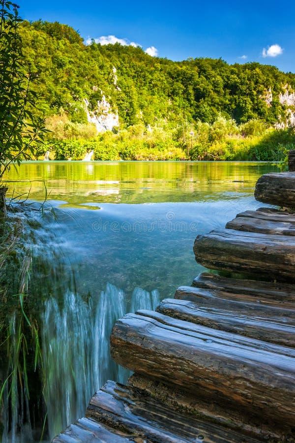 Siklawa przy turkusowym jeziorem Plitvice jezior park narodowy zdjęcia royalty free