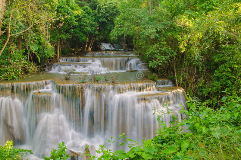 Siklawa w głębokiej las tropikalny dżungli (Huay Mae Kamin siklawa) obraz royalty free