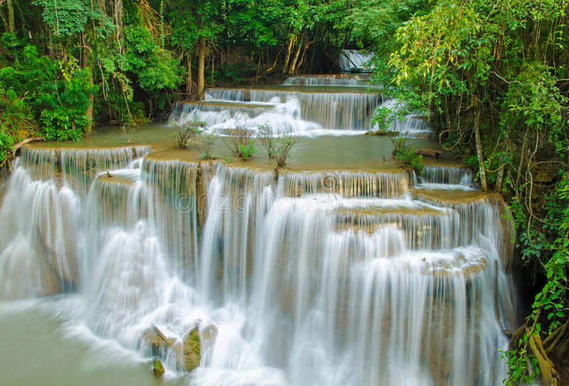 Siklawa w głębokiej las tropikalny dżungli (Huay Mae Kamin siklawa ja zdjęcie stock