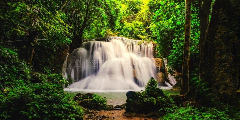 Siklawa w głębokiej las tropikalny dżungli Huay Mae Kamin siklawie obraz stock