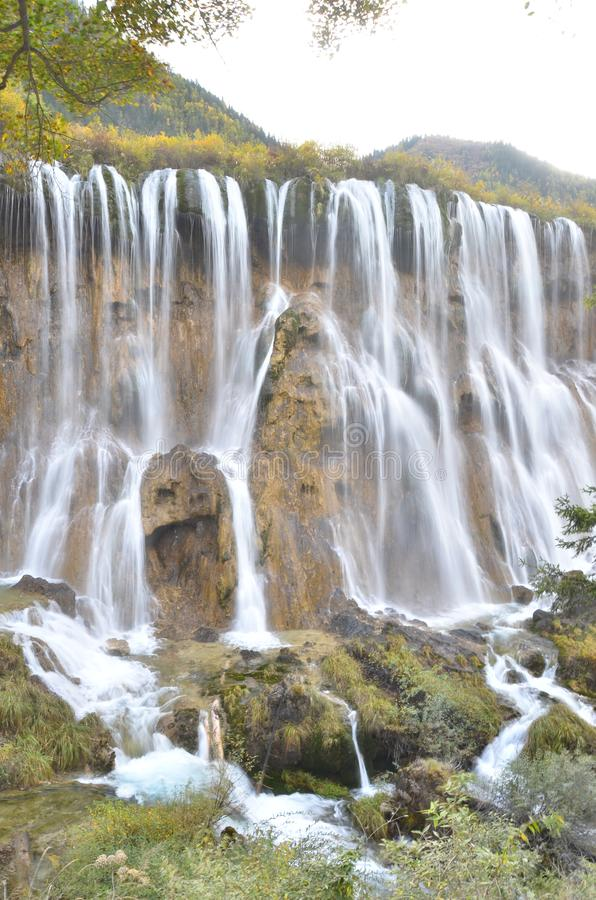 Siklawa w Jiuzhaigou parku narodowym lokalizować w północy prowincja sichuan w południowo-zachodni regionie Chiny zdjęcie stock