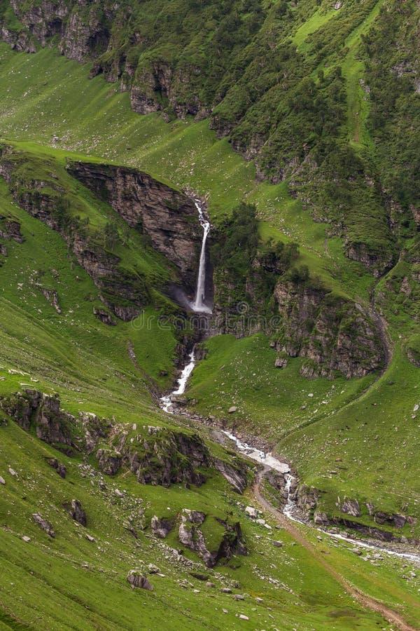 Siklawa w pięknej zielonej dolinie widzieć od Rohtang przepustki zdjęcia stock