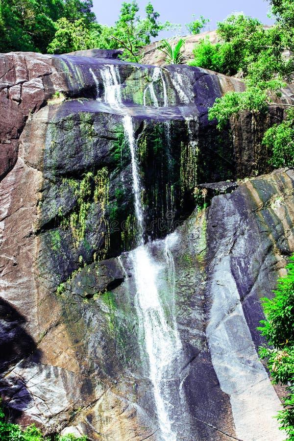 Siklawa w skalistej górze na tropikalnej wyspie obraz stock